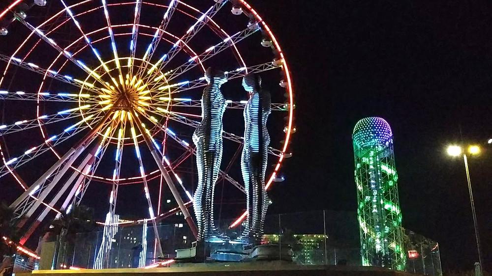 טיילת בטומי, פסל עלי ונונו, מגדל אלפא ביתא, הגלגל הענק