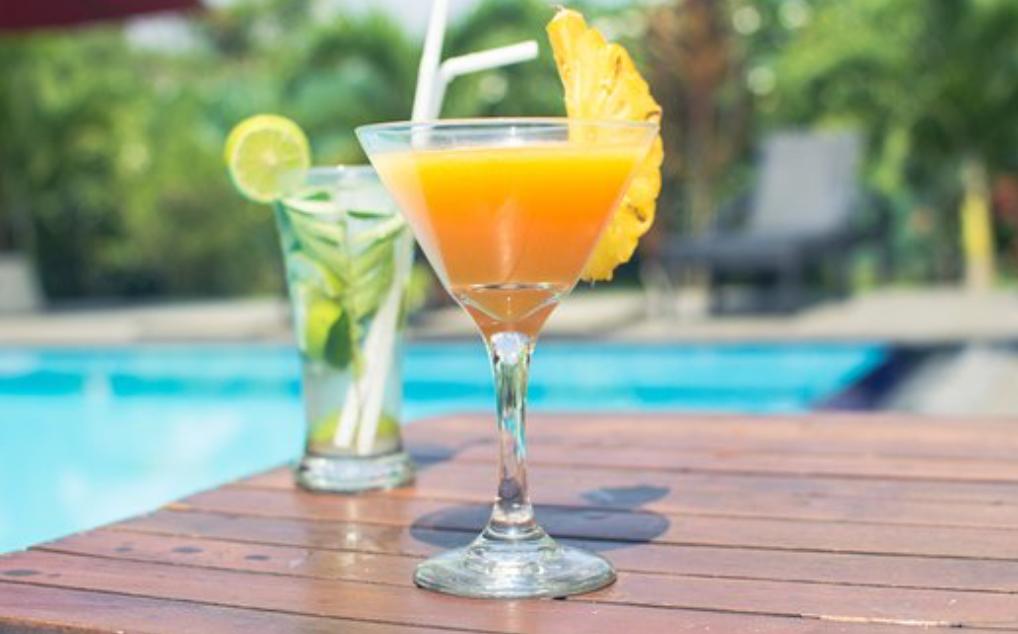 Koktejli pri bazenu