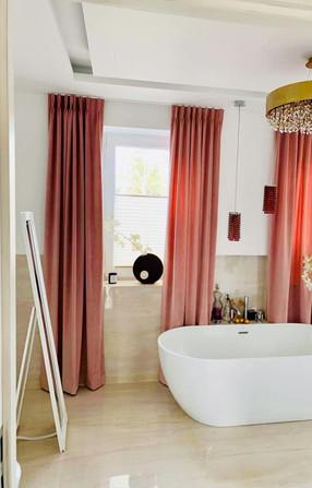 Biały pokój kąpielowy