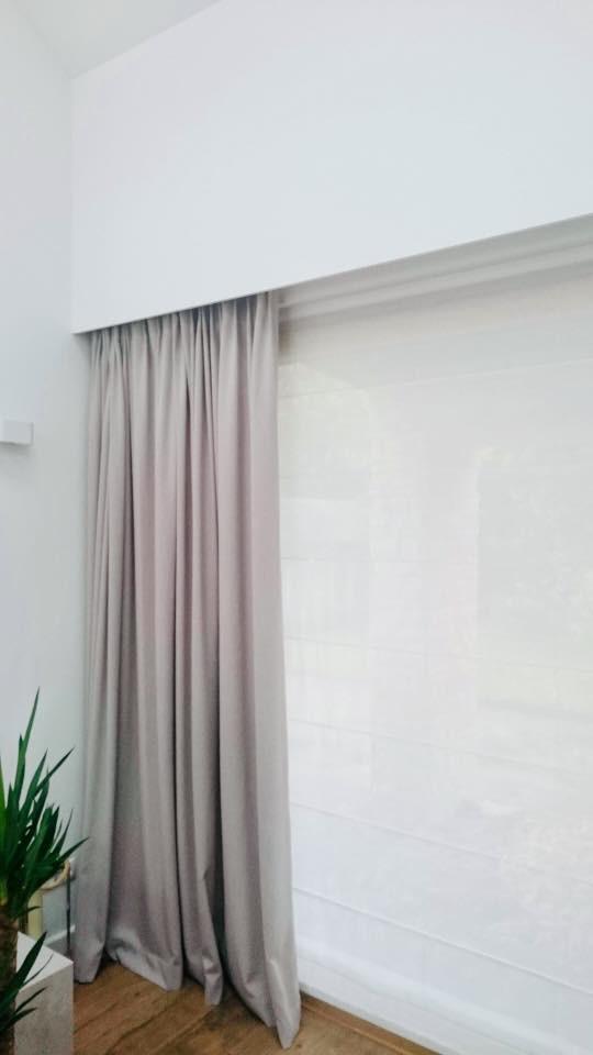 Salon z dużym oknem tarasowym