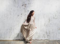 robe de mariée sobre et élégante à manches longues en soie et dentelle.