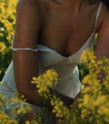 Dans les fleurs de mimosas, robe esprit