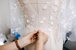 Dans l'atelier de couture, une robe de mariée