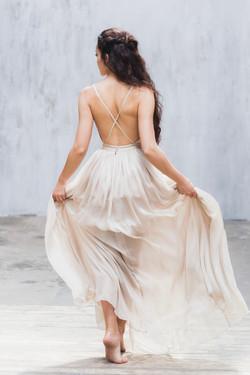 La mariée dance dans sarobe fluide et légère