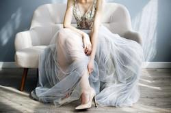 La mariée porte une robe légère en mousseline