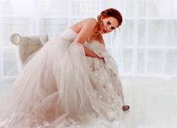 Portrait d'une belle mariée en robe longue a traîne