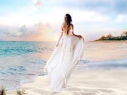Une mariée en robe fluide sur la plage copie 2