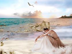 Une mariée en robe bustier nude sur la plage