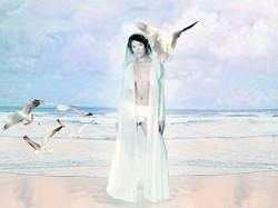 La mariée porte un long manteau à capuche en organza de soie _ Fanny Liautard copie