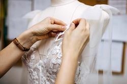 Le travail de la dentelle sur une robe de mariée
