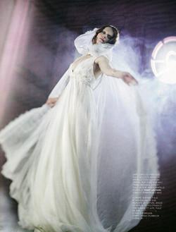 La mariée porte une cape de dentelle _ Fanny Liautard, photo _ Oui Mag