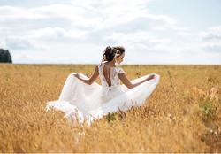 La mariée dance dans un champs de blé copie