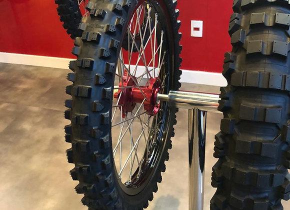 Pilar em aço inox, expositor de pneus