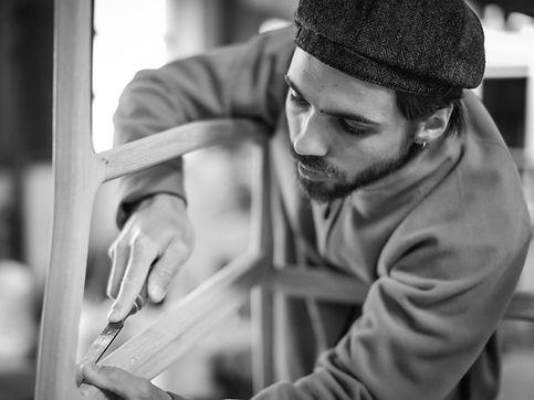 travail à la main sur mobilier berfey
