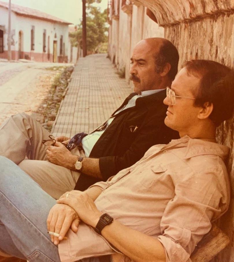 Con el periodista Gustavo Godoy en Suchitoto, El Salvador en 1982