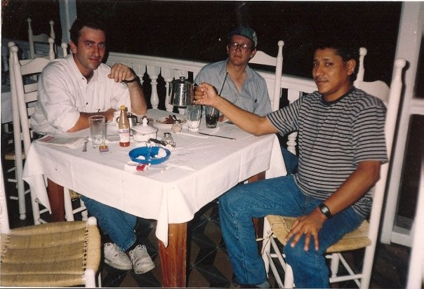 En Puerto Príncipe, Haití en 1994 con el productor Pablo Gato y el camarógrafo Iván Manzano. Pablo nació en Brasil, hijo de gallegos, que luego regresaron a España, radicándose en Barcelona. Allí se crio Pablo, un excelente periodista y escritor que ha cubierto noticias por todo el planeta. Iván nació en San Miguel, El Salvador. Comenzó como camarógrafo y luego se convirtió en periodista, siendo excelente en ambas cosas. Pablo e Iván, además de ser excelente compañía como compañeros de viaje y de travesuras, son dos de las personas más valientes que he conocido.