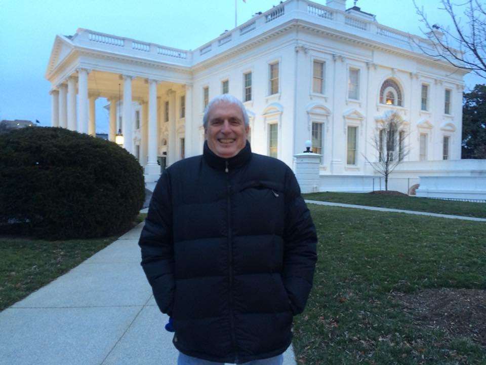 Camarografo Simon Elrich frente a la Casa Blanca