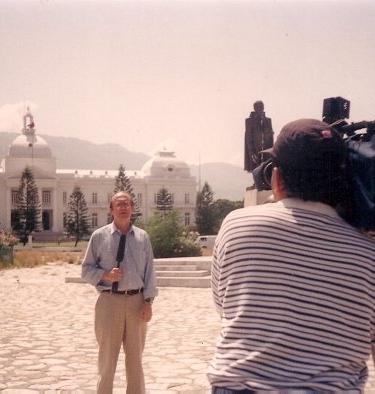 Frente al Palacio Presidencial en Puerto Príncipe, Haití en 1994. Iván Manzano es el camarógrafo. La foto fue tomada por el productor Pablo Gato.