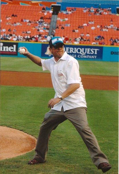 En junio del 2005, me invitaron a lanzar la primera bola en un juego de los Florida Marlins con los Piratas de Pittsburg en Miami. Estuve practicando lanzamientos durante varios días. Temía hacer el ridículo, que es mi costumbre. Pero la bola llegó a home. Lamentablemente, me jorobé el brazo y estuve medio lisiado durante meses.