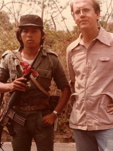 En El Salvador en 1982. Converso con un joven guerrillero del FMLN