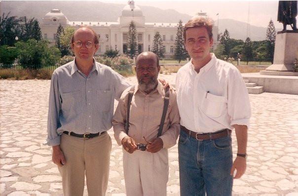 Con el periodista Pablo Gato en Puerto Príncipe, Haití en 1994. Pablo y yo trabajábamos entonces con la Cadena Telemundo. Pablo era productor y yo era corresponsal. Al centro aparece nuestro chofer en la capital haitiana en aquellos días, un pintoresco personaje cuyo nombre lamentablemente no recuerdo, que era propietario de un bellísimo y bien cuidado Cadillac color rosa de los años 50.