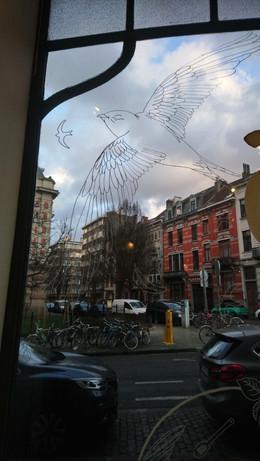 Réalisation de la vitrine d'Apus, Saint Gilles, Bruxelles, février 2020.