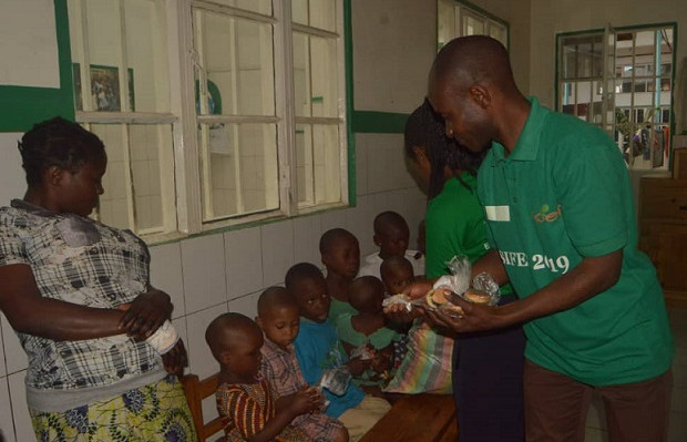 Distribution des biscuits riches en protéines dans les centres nutritionnels.