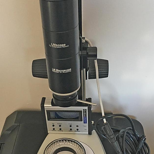 Objectif LMScope 32x sur le statif avec le rail Stackshot, sa commande et l'éclairage LED annulaire