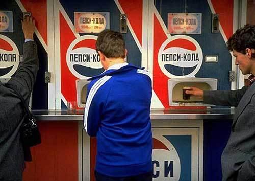 Soviet people getting their taste of Western soda pop.