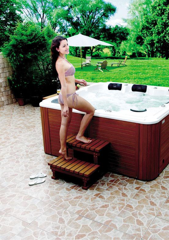 Ajoutez un marche-pied à votre spa ave Spa Réunion