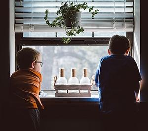 Uit het raam aan het kijken