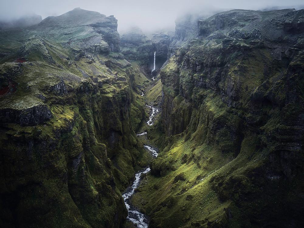 Dronebilde av en enorm canyon sør på Island, som ender opp i en foss på 110 meter.