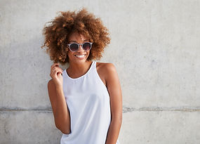 Mulher, com, cabelo ondulado, e, óculos