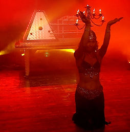 Yuliya danza orientale nello spettacolo di magia Mystic Illusion