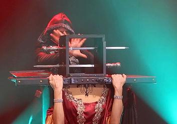 """taglio e sparizione della testa nello spettacolo di Lerry Ved """"Mystic Illusion"""""""