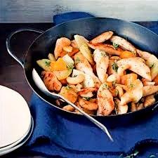 Wok de poulet, linguines, raisins secs et noix de cajou