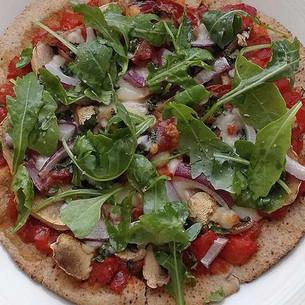 Pizza à la galette de maïs tomates jambon sec
