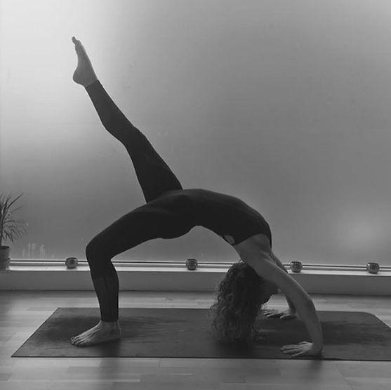 yoga pose wheel Urdhva Dhanurasana