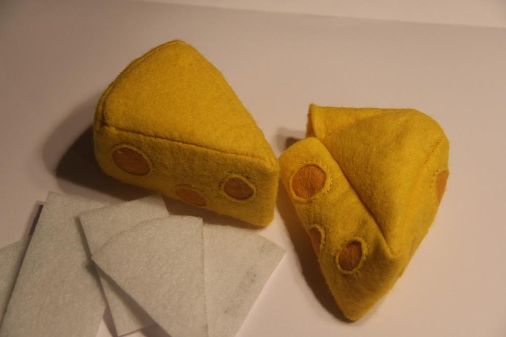 Damit mein Käse seine Form behällt, kommt zur Versteifung ein steifes Vlies eingearbeitet. Dadurch kann er auch mal im Waschbecken gewaschen werden!