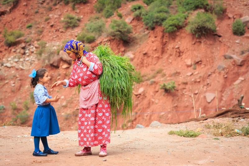 מוסיא מושיטה נדבה לזקנה מרוקאית
