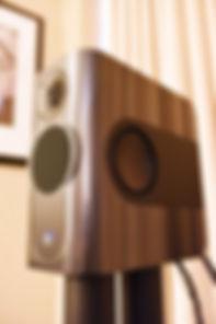 Enceinte Audio Kii Three sur pieds