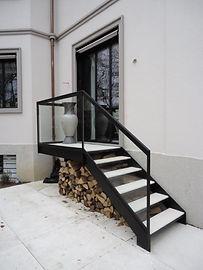 Aufgang in Stahl mit eingefassten Steintritten