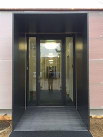 Vorbau aus Aluminium. Eingangs-Zone. Meier Metallbau Allschwil. UPK Basel