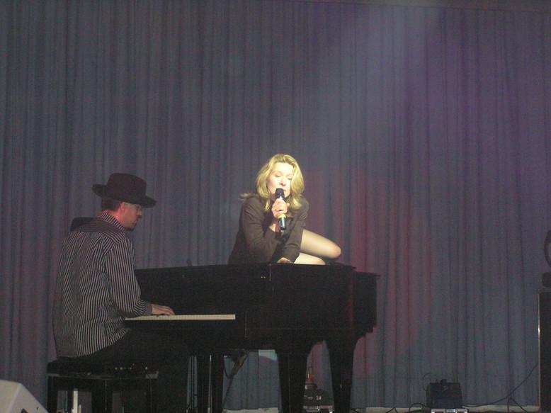 Sexy Performance sich auf dem Klavier rä