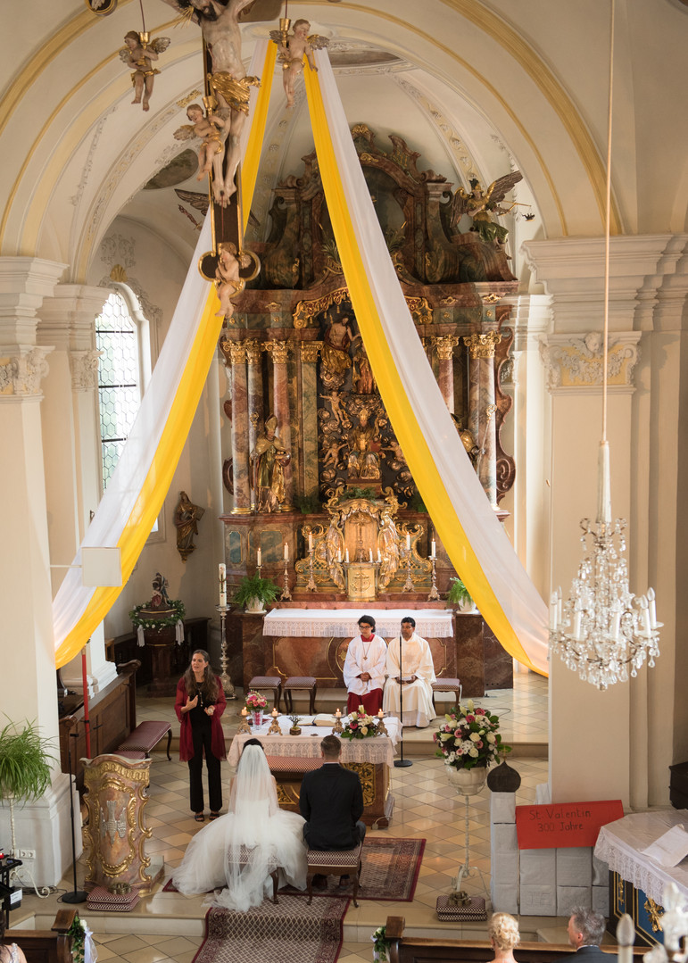 Gesang Kirche vorn am Altar