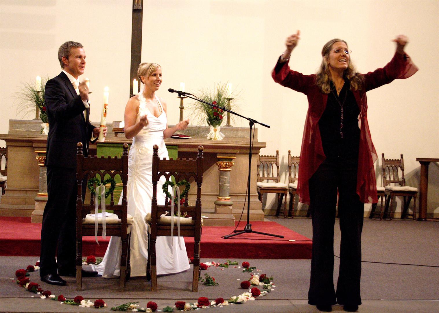 Bianca Kirche mit Brautpaar Gesang Anleiten des Publikums