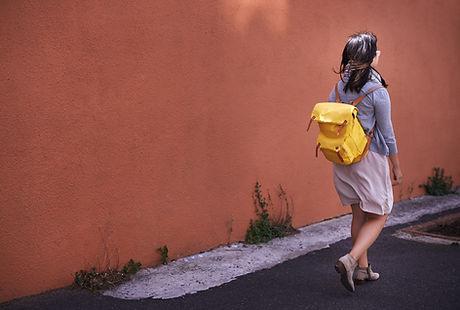 Mujer con el bolso amarillo