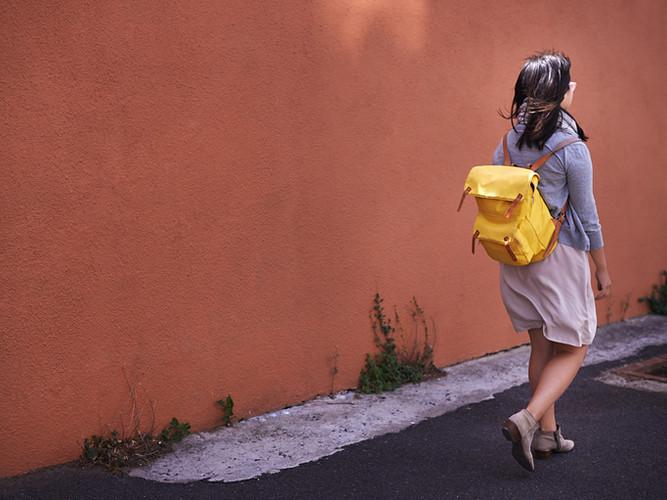 Donna con il sacchetto giallo