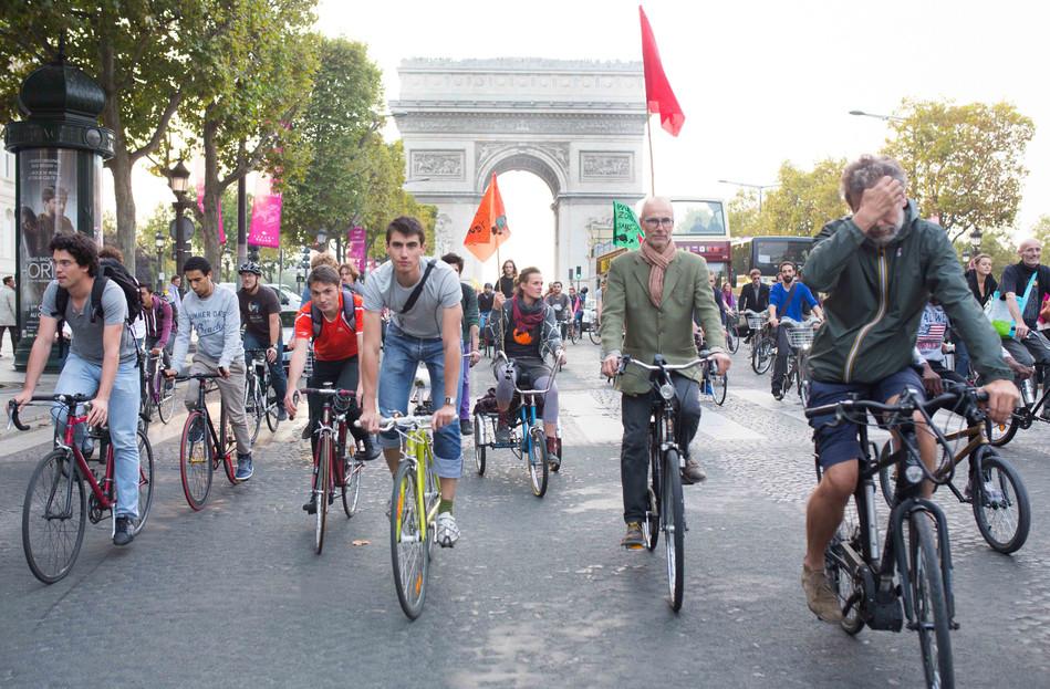 Manifestation de vélos sur les Champs-Elysées pour la journée sans voitures