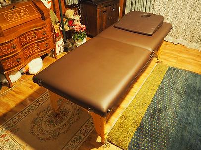 出張先の家のリビングに施術ベッドが置かれています。